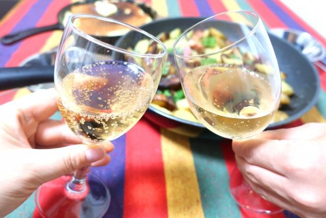 BBQに合うオススメのスパークリングワインをご紹介いたします!歴史や飲み方、合うおつまみも併せてご紹介いたします!