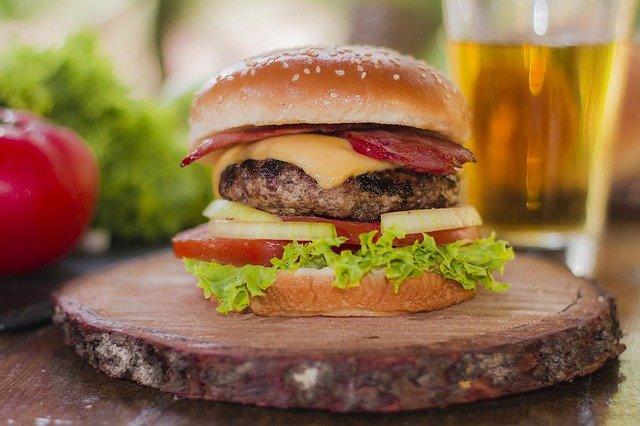 BBQにぴったりのハンバーガー!肉好きにも満足の豪快なレシピを紹介!